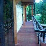 Taras drewniany, elementy dekoracyjne i konstrukcyjne